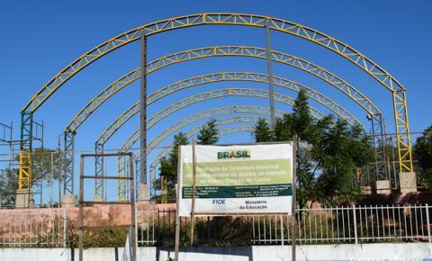 Obras de cobertura da quadra esportiva da Escola Chapéu de Couro são retomadas em Parnaguá
