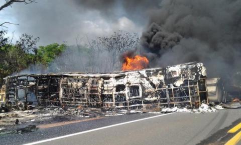 Ônibus da Transbrasiliana e caminhão tanque colidem e pegam fogo em Monsenhor Gil