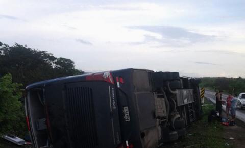 Ônibus da Banda Garota Safada tomba a caminho do Piauí