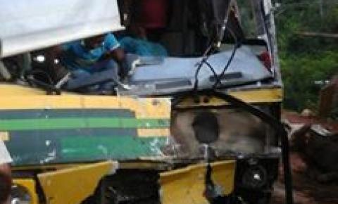 Grave acidente envolvendo dois ônibus e um boiadeiro faz vítimas fatais em Corrente