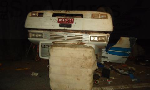 Carreta da SLC Agrícola carregada de algodão tomba na BR 135 e motorista morre