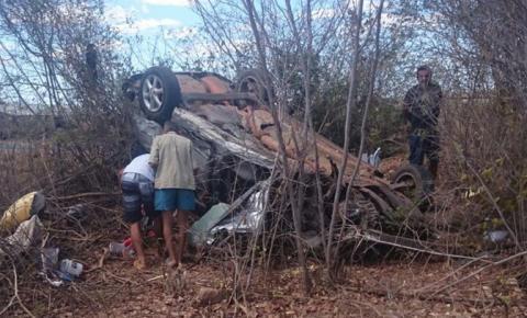 Carro capota e três pessoas da mesma família morrem na saída de Bom Jesus