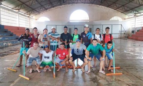 Voluntários realizam mutirão para limpeza do ginásio poliesportivo, no bairro Nova Corrente