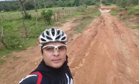 Jovem prefeito de Gilbués pedala no interior do município e faz selfie com a comunidade