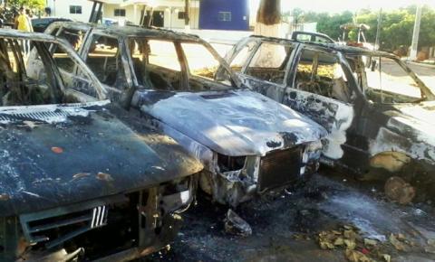 Carros da Prefeitura de Gilbués são incendiados em praça pública