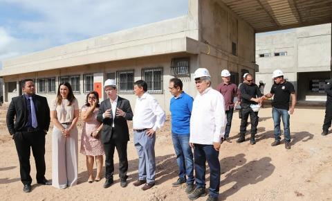 Comitiva do governo visita obras de moderna unidade prisional em Altos