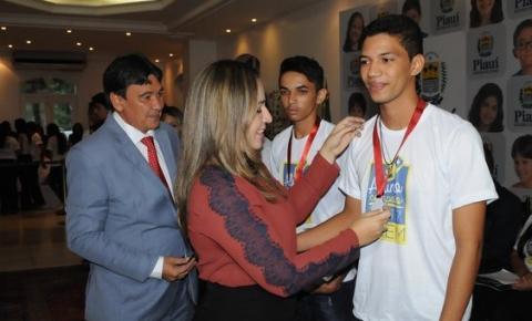 Estudante de Corrente recebe homenagem do governador por desempenho no ENEM