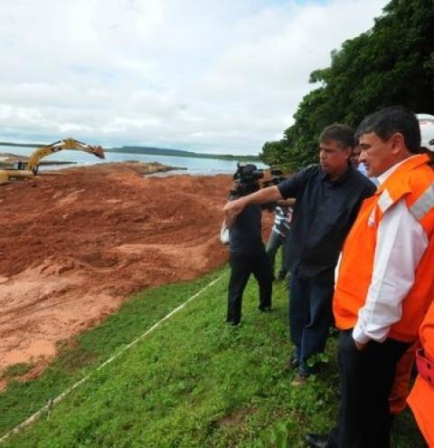 Governador acompanha trabalhos de contenção na Barragem do Bezerro; nível de água já caiu 60cm