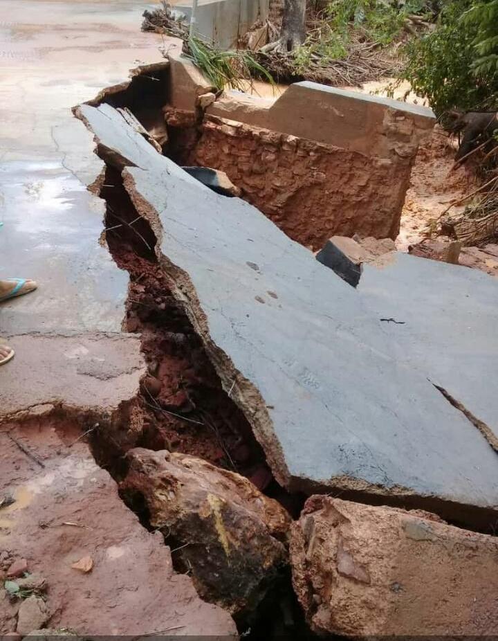 Ponte sobre o Riacho dos Macacos, recém construída, foi danificada