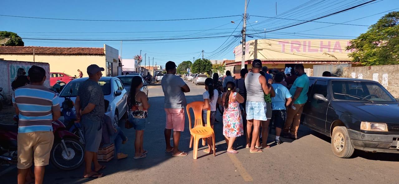 Fila que começou na quadra Aby Lisboa dobrou o quarteirão e chegou à Av. Santos Dummont