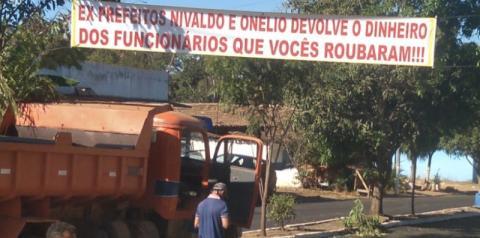 Faixa na entrada de Sebastião Barros cobra ex-prefeitos devedores