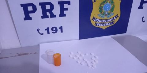 PRF autua caminhoneiro por estar portando anfetaminas para consumo na BR 135