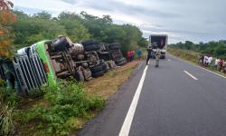 Caminhão tomba na BR 135 na localidade Paus, em Monte Alegre