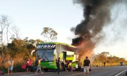 Ônibus lotado de passageiros pega fogo na BR 135