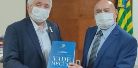 Elmano Férrer lança nova edição do seu Vade Mecum para beneficiar estudantes piauienses