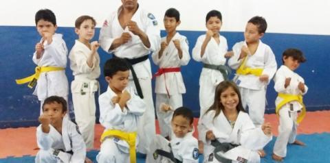 Karatecas mirins da Eskashogun Artes Marciais recebem novas faixas de graduação