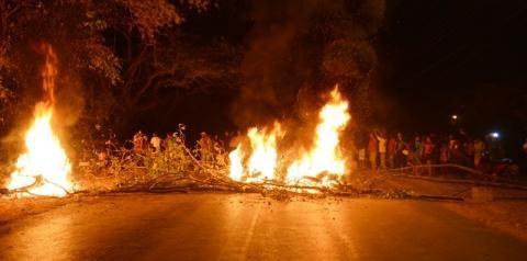 Moradores do Aeroporto, em Corrente, bloqueiam rodovia em protesto pela falta de água há vários dias no bairro