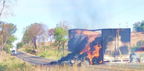 Caminhão carregado de algodão incendeia na BR 135 em Cristalândia