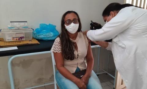 Sebastião Barros segue vacinando os profissionais da Educação