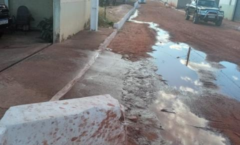Morador de Gilbués denuncia esgoto a céu aberto no centro da cidade