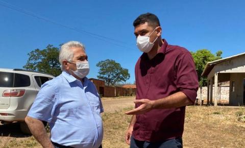 Prefeito Pablo Carvalho apresenta demandas ao senador Elmano Ferrer, que esteve em Sebastião Barros neste sábado