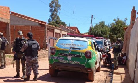 Criminosos trocam tiros com a polícia no bairro Vermelhão em Corrente. Três foram presos.