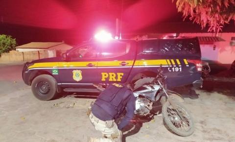 PRF prende motorista na BR 135 com índice de embriaguez 17 vezes a mais que o permitido e conduzindo motocicleta roubada