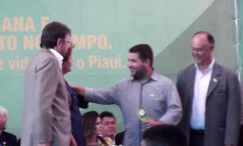 Prefeito Neemias Lemos recebe máquina do PAC de Dilma Roussef