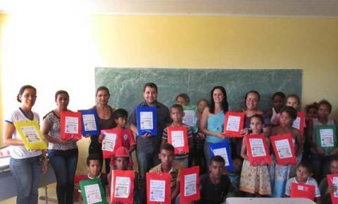 Prefeito de Cristalândia e Secretaria Municipal de Educação entregam kit escolar