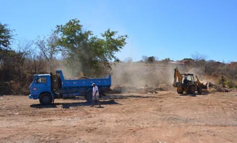 Superintendência de Meio Ambiente flagra caminhão despejando lixo em área proibida e obriga responsável a recolher
