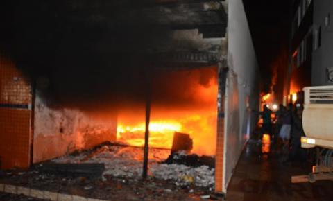 Comércio pega fogo no Centro de Corrente e fica completamente destruído