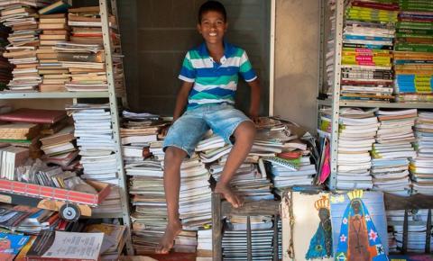'Crianças precisam ler', diz menino que arrecadou mais de 2 mil livros