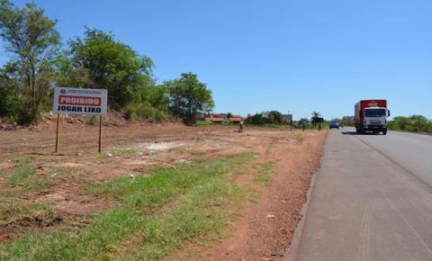 Terreno localizado às margens da BR 135 recebe limpeza da prefeitura em Corrente