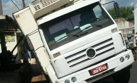 Caminhão da Vale Frios fica preso no asfalto em Gilbués