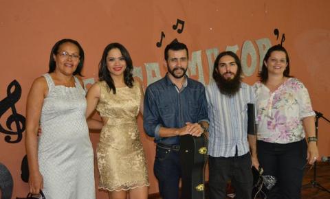 Público se levanta para acompanhar Deborah Moura na segunda edição do Terça Maior
