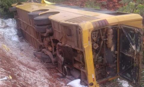 Ônibus clandestino perde o freio na BR 135, na descida da Serra da Santa Marta e causa acidente em São Gonçalo