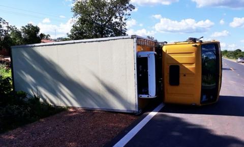 Caminhão do governo tomba na BR 135 por causa do desnível na pista