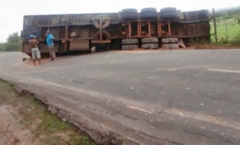Carreta tomba na BR 135 e interdita parte da rodovia
