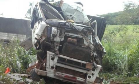 Casal morre após carreta bitrem sair da pista e colidir em árvore na BR-135
