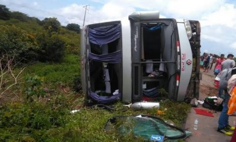 Acidente com ônibus na BR 135 deixa várias pessoas feridas