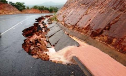 Chuva de 100 mm causa desmoronamento do acostamento da BR 235 em Santa Filomena