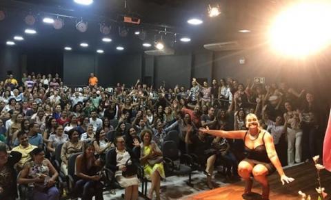 Corrente se rende à atriz Solange Couto e lota Casa da Cultura duas vezes