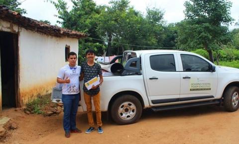Jovem escritor da zona rural de Corrente recebe doação de livros do IFPI para biblioteca comunitária
