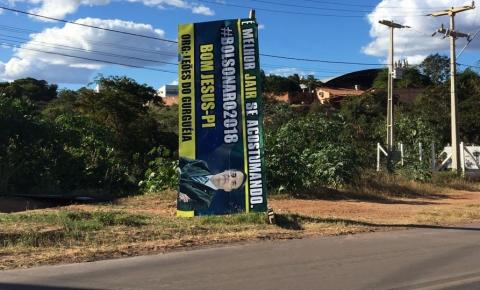 Ônibus é apreendido em Bom Jesus após grupo descer e quebrar outdoor de Bolsonaro