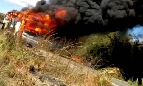 Ônibus da empresa Transpiauí pega fogo na BR 135 em Formosa do Rio Preto. Veja vídeo.