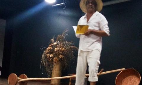 De carretel na mão e vestido a caráter, Edilson de Araújo Nogueira surpreende o público no lançamento do livro Meu Canto