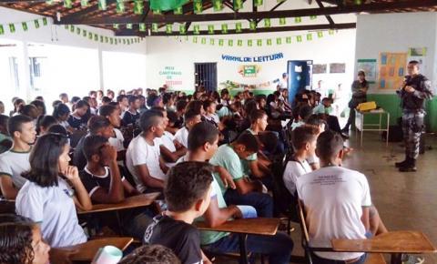 Estudantes da Escola Mário Nogueira participam de palestra com policiais militares sobre prevenção às drogas