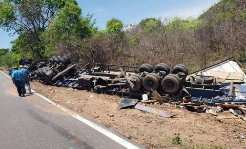 Caminhão carregado de produtos tóxicos tomba na BR-135 em Bom Jesus