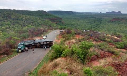 Carreta carregada de milho tomba na Serra do Quilombo e interdita rodovia