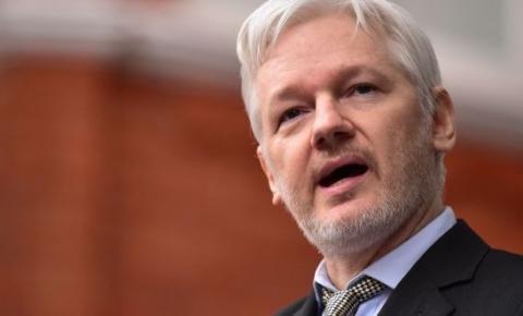 Julian Assange é preso em Londres após Equador revogar asilo